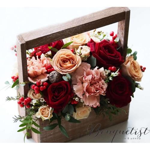 Купить на заказ Кофейно-бордовый букет роз и гвоздик в деревянном ящике с доставкой в Атырау