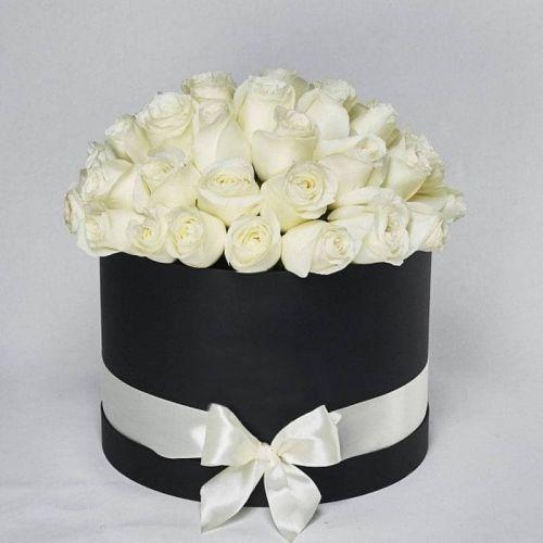 Купить на заказ Заказать Белые розы в коробке Maison с доставкой по Атырау с доставкой в Атырау